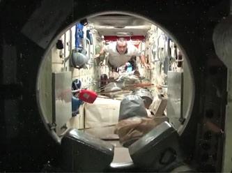 Uzayda Yaşayan İnsanları İzle