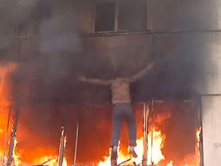 Alevlerden Kurtulmak icin Boyle Atladi Video Alevlerden Kurtulmak İçin Böyle Atladı (Video)