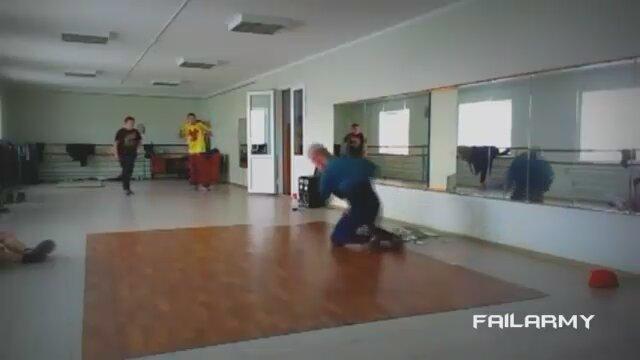 Aynayı Çatlatan Dans İzle