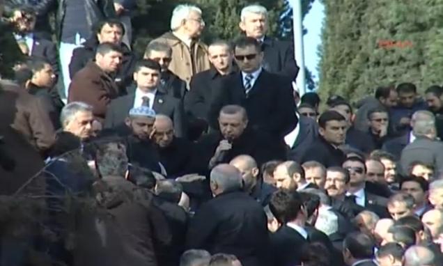Başbakan Erdoğanın Dayısının Cenazesinde Kuran Okuması İzle