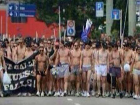 Basel Taraftarından İç Çamaşırlı Protesto