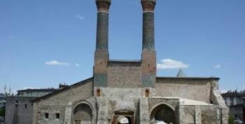 Belediye Çifte Minareli Medresede Çay Bahçesi Açılmasına Karşı