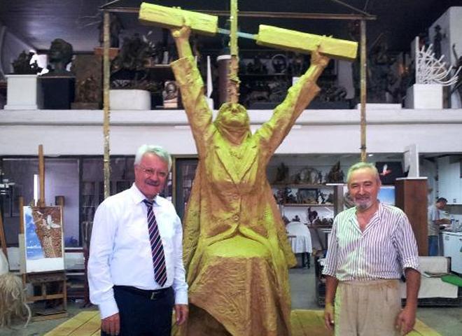 Berfo Ana Anıtı Yükseliyor