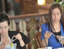 CHP Muhabirlere Kelepçe Dağıttı