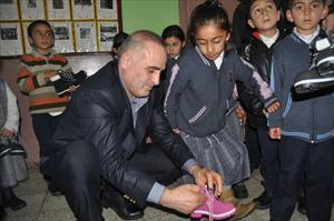 Coşkun Kolejinden Ardahanlı Öğrencilere Hediye Ayakkabı