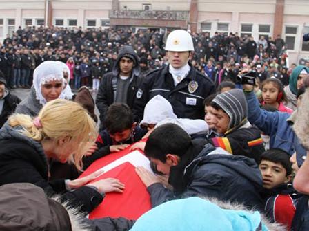 Diyarbakirli Cocuklar Sehit Polise Agladi Diyarbakırlı Çocuklar Şehit Polise Ağladı