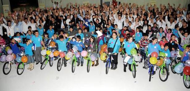 Dominos Pizzadan Çocuklara 60 Bisiklet Hediye Etti