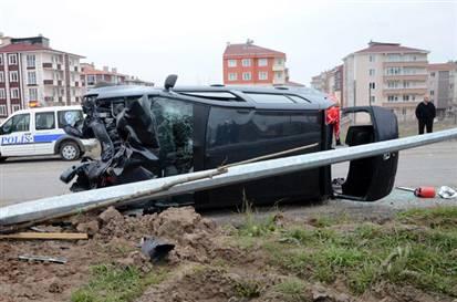 Ehliyetsiz Sürücü Direğe Çarptı 7 Yaralı
