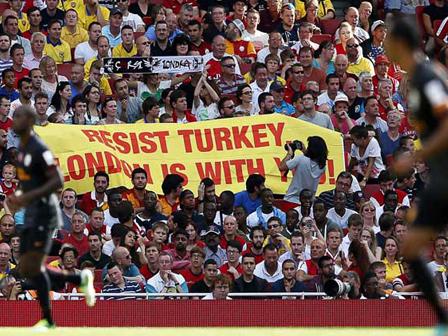 Emirates Finalinde Diren Türkiye Pankartı