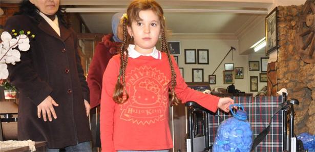 Engelliler Için Kapak Toplayan Minik Kız