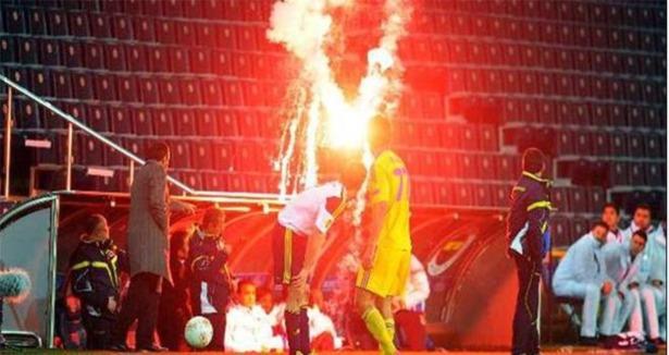 Fenerbahçeli Taraftarın Attığı Paraşütlü Patlayıcı