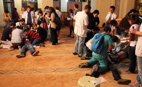 Göstericiler Polisten Kaçıp Camiye Sığındılar
