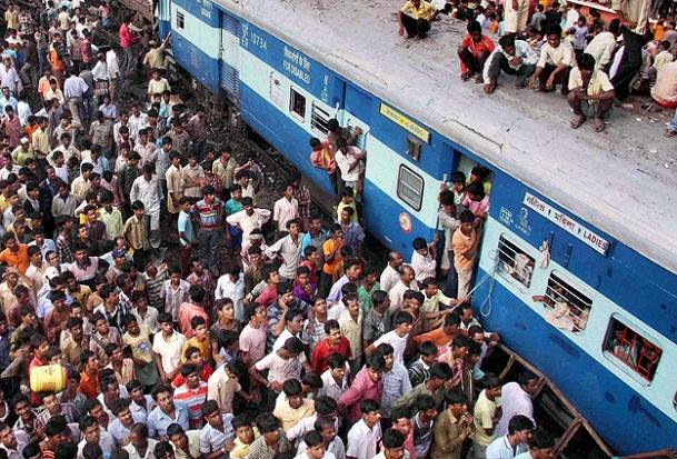 Hindistanda Tren Yayalara Çarptı 20 Kişi Öldü