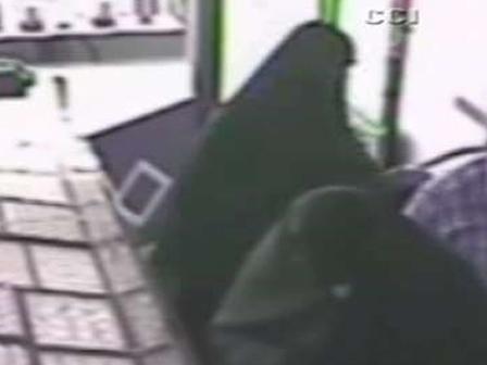 Hırsızları Kara Çarşaflı Kamuflajları Kurtarmadı (Video)