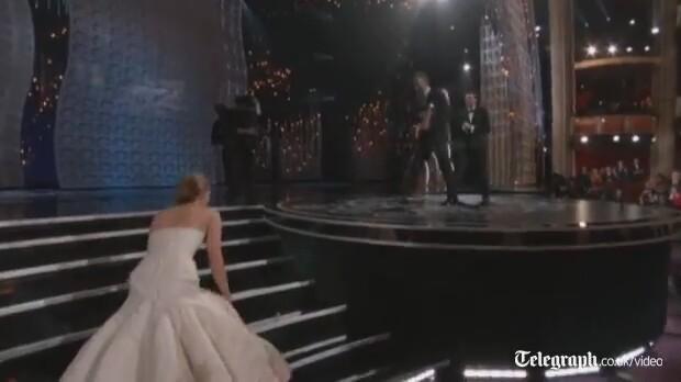 Jennifer Lawrence Törende Düşmesi