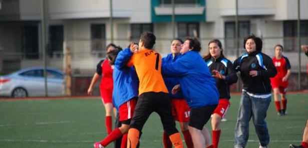 Kadın Futbolcuların KAvga Görüntüleri İzle