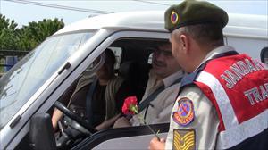 Karamürsel Jandarma Ekiplerinden Annelere Karanfil