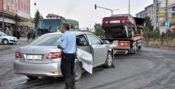 Otomobil İkiye Bölündü İki Kişi Yaralandı