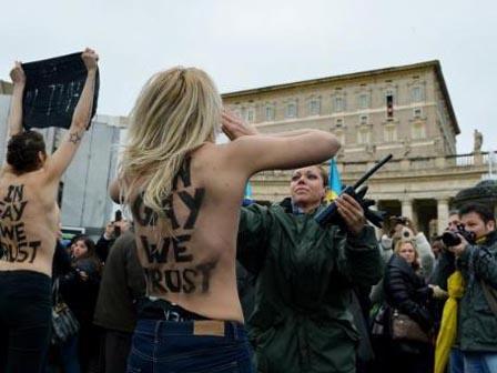 Papanın Önünde Soyunan FEMEN Kızları