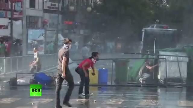 Protestocuların Polis Panzeriyle Mücadelesi
