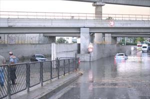 Sağanak Yağış İzmir Caddelerini Göle Çevirdi